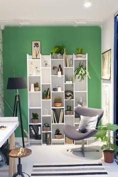 KARWEI   Een mooie, sterke kleur laat je favoriete meubels en spullen nog beter uitkomen. #karwei #woonkamer #wooninspiratie