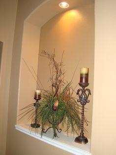 Like the light and the niche is deep enough to hold a flower Niche Decor, Art Niche, Hallway Decorating, Interior Decorating, Interior Design, Decorating Ideas, Decor Ideas, Floral Arrangements, Flower Arrangement