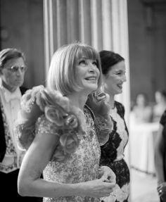Anna Wintour in Chanel sin lentes y sonriendo!!