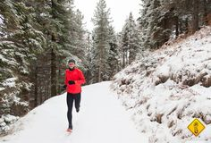 6 Tips for ❄️WINTER ⛄️Running Love running but find yourself indoors to avoid numbness in your toes and a nose that runs more than your legs? Use these tips to make winter running easier Running In Cold Weather, Winter Running, Best Trail Running Shoes, Running Tips, Running Training, Love Run, Just Run, Proper Running Form, Marathon Laufen
