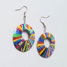 Ces boucles d'oreilles de forme ronde sont fabriqués à partir de fines rayures d'un soda. Chaque paire a sa propre unique couleur et texture comme aucune autre paire. Léger en poids, à bords repliés en pour assurer un toucher lisse et sans danger. Dimensions: Diamètre 1,4 pouces