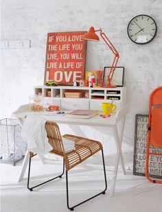 ściana z białej cegły,aranżacje z cegłą, skandynawska stylizacja,biały kącik do pracy,czerewona typografia,domowe biuro