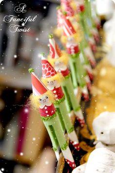 kerstengeltjes van oude wasknijpers (te koop op: www.houtspel.nl )