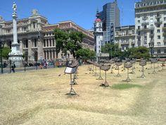 Plaza frente al teatro Colon de Buenos Aires, esculturas modernas