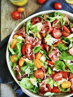 SPINATSALAT 🥗 med tomater, mozzarella og spekeskinke.⠀ Perfekt mat i varmen ☀- lett å spise og lett å lage (eneste du trenger å skjære er tomatene)⠀ Parma, Prosciutto, Tex Mex, Mozzarella, My Recipes, Cobb Salad, Spinach