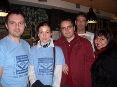 """En 2006, antes de que se prohibiera fumar en todos los restaurantes y bares, Docamar apostó por ser un local libre de humos. En la foto los participantes del grupo de Facebook """"Por el derecho de No Fumar"""" en foto  reivindicativa en una quedada en Docamar en 2008."""