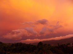 Um céu enevoado e dourado antes de uma chuva torrencial