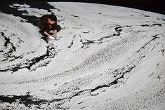 O artista japonês Motoi Yamamoto completou recentemente dois trabalhos monumentais de sal na faculdade de Westminster e na Universidade de Weber State, ambas em Utah nos Estados Unidos. Utilizando sua marca registrada, o artista criou novas composições confinadas em um espaço circular. Preenchendo a forma estão linhas de matéria minuciosamente interconectadas no interior do labirinto.
