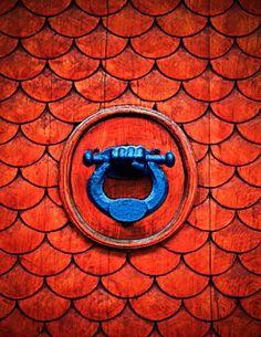 Red door detail with blue knocker Door Knobs And Knockers, Knobs And Handles, Door Handles, Les Doors, Windows And Doors, Knock Knock, Architecture Unique, Chinese Architecture, Door Detail