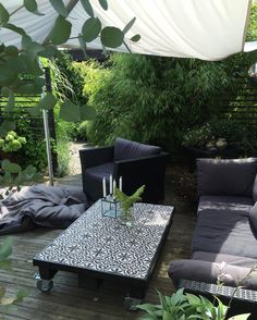 Nu har bordet maken och jag gjorde förra sommaren fått flytta fram igen. / The table we made last summer is back on the patio. #patio #uteplats #utemöbler #segel #hage #have #garden #trädgård #gardeninspiration #trädgårdsinspo #godastundertokigaideer #marrakech #kakel
