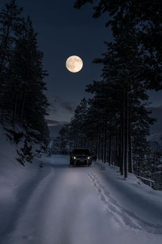 Winter night and the moon calls adventure in its guiding light Winter Szenen, Winter Love, Winter Night, Beautiful Moon, Beautiful Places, Vive Le Vent, Ciel Nocturne, Shoot The Moon, Foto Real