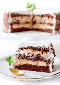 Tort Banoffee z kremem kajmakowym, bananami i czarną porzeczką