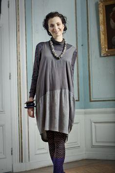 """Herbstmode 2012 - Kleid aus Modalgewebe- und Trikotmix:  Das knielange Kleid aus Modalgewebe und Viskosetrikot gehört zur Kollektion """"Gemütlich & Mollig"""". Da es schmal am Rücken und weit im Brustbereich ist, fällt es besonders schön. Das Oberteil ist aus Modalgewebe und das Unterteil aus Viskosetrikot, zudem hat es noch aufgesetzte Taschen."""