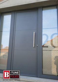 Afbeeldingsresultaat voor one way screen raamfolie voordeur Entrance Doors, Garage Doors, Frosted Glass Door, Modern Front Door, Front Entrances, Back Doors, Wooden Doors, Door Design, My Dream Home