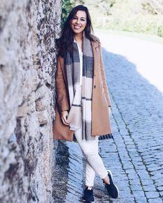 Estou a adorar usar cores claras neste inverno!!! ❄️ Look: casaco e cachecol, Zara; calças, Uterque e sapatilhas, New Balance! #corbyssimas #newbalance #ootd