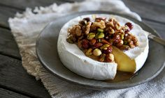 Bakt brie med n& Brie, Kos, Camembert Cheese, Tapas, Dairy, Desserts, Inspiration, Tailgate Desserts, Biblical Inspiration