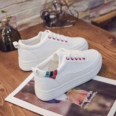 흰색 신발 여성 봄 2018 새로운 야생 한국 신발 학생 플랫 캐주얼 신발 통기성 캔버스 신발 Gold High Heel Sandals, Platform High Heels, Indoor Outdoor Slippers, Bohemian Sandals, Chelsea Ankle Boots, Girls Sneakers, Pretty Shoes, Types Of Shoes, Summer Shoes