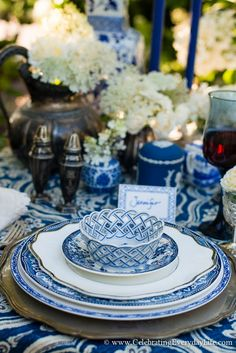 Blue and White Tablescape, Blue and White Garden Tablescape, Blue & White… Blue And White Fabric, Blue And White China, Blue China, White White, Dresser La Table, Table Setting Inspiration, White Dishes, Blue Dishes, Beautiful Table Settings