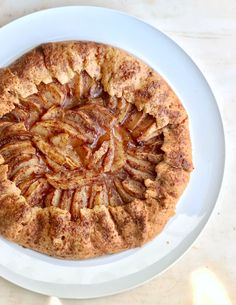 Γαλλική γκαλέτ με μήλα και γλυκό άρωμα κανέλας, σε λεπτή, βουτυράτη ζύμη που τρίβεται. Δοκιμάστε την πιο ζουμερή και μυρωδάτη, ατημέλητη μηλόπιτα. Apple Galette, Apple Pie, Muffins, Cookies, Cake, Desserts, Food, Crack Crackers, Tailgate Desserts