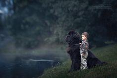 Niños pequeños y sus mascotas grandes
