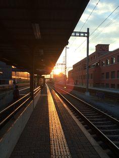 Abenddämmerung in Muttenz am Bahnhof.
