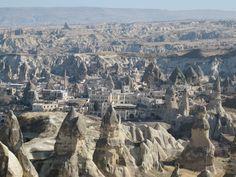 Kapodokya Göreme'de olan şapkalı peri bacalarının hikayesi Orta Anadolu'nun iki volkanik dağı Erciyes, Hasan Dağı ve Güllüdağ'ın yaklaşık 60 milyon yıl önce patlamasıyla başlıyor. Dağların püskürttüğü lav ve küllerin oluşturduğu yumuşak tabakalar kayalaşıp yağmur ve rüzgar tarafından aşınınca, bugün peynir kellesi gibi delik deşik ancak bir o kadar da büyüleyici bir coğrafya karşınıza çıkıyor. #Maximiles #Kapadokya #Göreme #gezi #seyahat #travel #traveling #gezilecekyerler #görülecekyerler