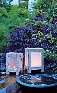 Stimmungsvolles Licht in den Abendstunden verbreiten diese beiden Gartenlaternen aus Restholz. Die Anleitung zeigt, wie Sie die Gartenlaternen bauen