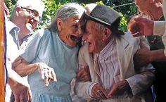 O paraguaio Anacleto Escobar, veterano da Guerra do Chaco (1932-1935) e sua esposa Cayetana Roman sorriem durante cerimônia de comemoração de 100 anos de Escobar na cidade de Neembucu; ele recebeu uma casa como retribuição pelos seus méritos durante o conflito, que opôs Paraguai e Bolívia