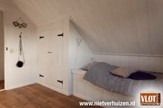 Kasten op zolder - kast met bed onder het dak