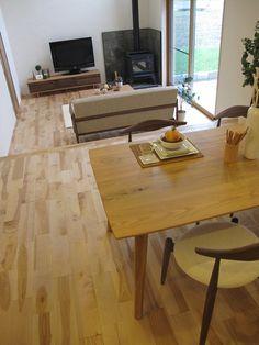 カバ桜の床材にナラ無垢材・ウォールナット無垢材のツートンカラーがおしゃれなリビングダイニング空間