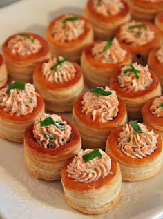 Jo and Sue: 3 Super Easy Appetizers These are Salmon and Cream Cheese Stuffed Mini Puff Pastry but Filo Cups should work Finger Food Appetizers, Appetizers For Party, Finger Foods, Appetizer Recipes, Snack Recipes, Cooking Recipes, Easy Recipes, Puff Pastry Desserts, Puff Pastry Recipes