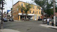 Situé coin rue Dorchester et rue de la Reine au Centre-Ville de la Capitale nationale de l'État du Québec. Coin, Rue, Centre, Buildings, Street View, Duvet