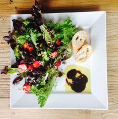 Mansikkasuklaa -salaatti lautasella Salaatti nro 8