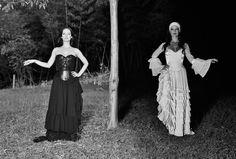 """""""La naturaleza femenina comprende que un ciclo para completarse necesita de la vida y de la muerte, pues para experimentar su poder total una mujer debe saberse cambiante y equilibrarse en las cuatro estaciones, armonizando en cada fase, y aprovechando por igual las bondades de su luz como las bondades de su  sombra"""" REZO con Susana Torres. Fotografía Rafael Piñeros. Rivas 2016 #mujersalvaje #wildwoman #cicle #paradox #blancoynegro #bruja #susanatorres #rivasatelier #rezo"""