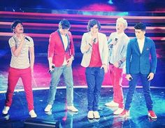 there we go. but louis still looks like hes in pain...