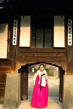 Dangui (당의) also known as Royal Court garment because court ladies wore it as their daily dresses. #Dangui #RoyalCourt #Sanggung #Hanbok #Unhyeongung #Royal Palace #Irodang #Korea #Hyungbae #Geumbak #한복 #당의 #흉배 #운현궁