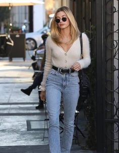 10 Hailey Bieber Outfits To Steal Immediately Dress Like A Parisian, Parisian Chic Style, Boho Style, Dress Images, Tokyo Fashion, Look Chic, French Fashion, Looking For Women, Mom Jeans