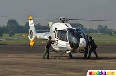Tampak tim SAR dan TNI AU menurunkan jenazah dari helikopter.