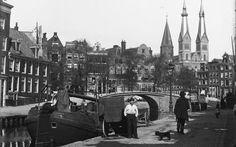 1893 | Lindengracht gezien richting de Brouwersgracht. De Lindegracht werd gedempt in 1895. Redenen voor demping waren de slechte waterkwaliteit en de noodzaak ruimte te scheppen voor het toenemende verkeer. Op de achtergrond is de R.K. Kerk 'Posthoorn' te zien (gebouwd rond 1860).