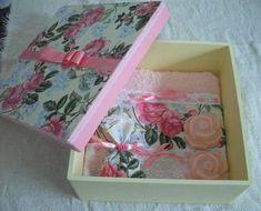 caixa decorativa medindo 27X27 X 11 cm de altura forrada com tecido+ toalha de rosto com barrado em tecido+ 1 sachê  perfumado+ 2 sabonetes artesanais.Várias estampas disponiveis.
