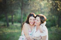 Sesión de fotos familiar madre e hija en verano en el campo al atardecer en barcelona (41)
