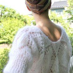 Oversize genser med luftig, romantisk hullmønster. Strikkes i vårt fluffy mohairgarn Pickles Big Fuzz.