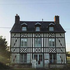 Ma maison pour la nuit Quest-ce quelle est jolie! #normandie #honfleur #travelcrush #deco #normande #normandietourisme #weekendgetaway #happyliving #decocrush https://ift.tt/2rzt0m6