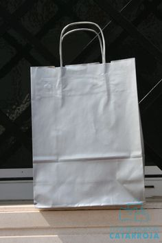 Bolsas de papel efímera con asa retorcida.
