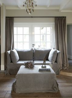 Linnen curtains, wooden floor, painting the past colour stone Living Room Lounge, Living Area, Living Spaces, Living Rooms, Gray Interior, Interior Design, Curtains With Blinds, Shabby, Minimalist Living