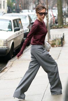 Victoria Beckham. La diseñadora británica combina jersey, pantalones y bolso de su marca, Victoria Beckham, y gafas de sol Céline.
