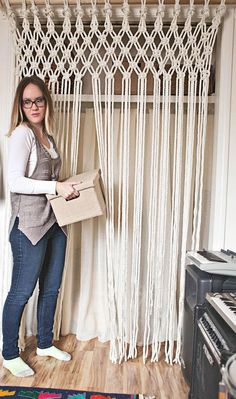 Your Own Macrame Curtain Cómo hacer cortinas de macramé paso a pasoCómo hacer cortinas de macramé paso a paso Macrame Projects, Diy Projects, Macrame Curtain, Creation Deco, Macrame Knots, How To Macrame, Macrame Owl, Beautiful Mess, Diy Home Decor