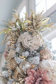 christmas tree diferent Unique way to decorate the top of a tree! Use gold faux flowers and gold picks to make the tree topper pop! Rose Gold Christmas Decorations, Elegant Christmas Trees, Pink Christmas Tree, Christmas Flowers, Christmas Tree Themes, Christmas Tree Toppers, Xmas Tree, Christmas Door, Christmas Design