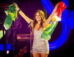 Ex-RBD Dulce Maria grava vídeo convidando fãs brasileiros para show