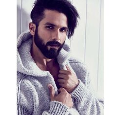 The remake of Woh Kaun Thi is coming and Padmaavat actor Shahid Kapoor is all set to play the role of Manoj Kumar In the Remake of Woh Kaun Thi Best Beard Styles, Hair And Beard Styles, Hair Styles, Bollywood Actors, Bollywood Celebrities, Bollywood Hairstyles, Ranveer Singh Hairstyle, Manoj Kumar, Photography Poses For Men